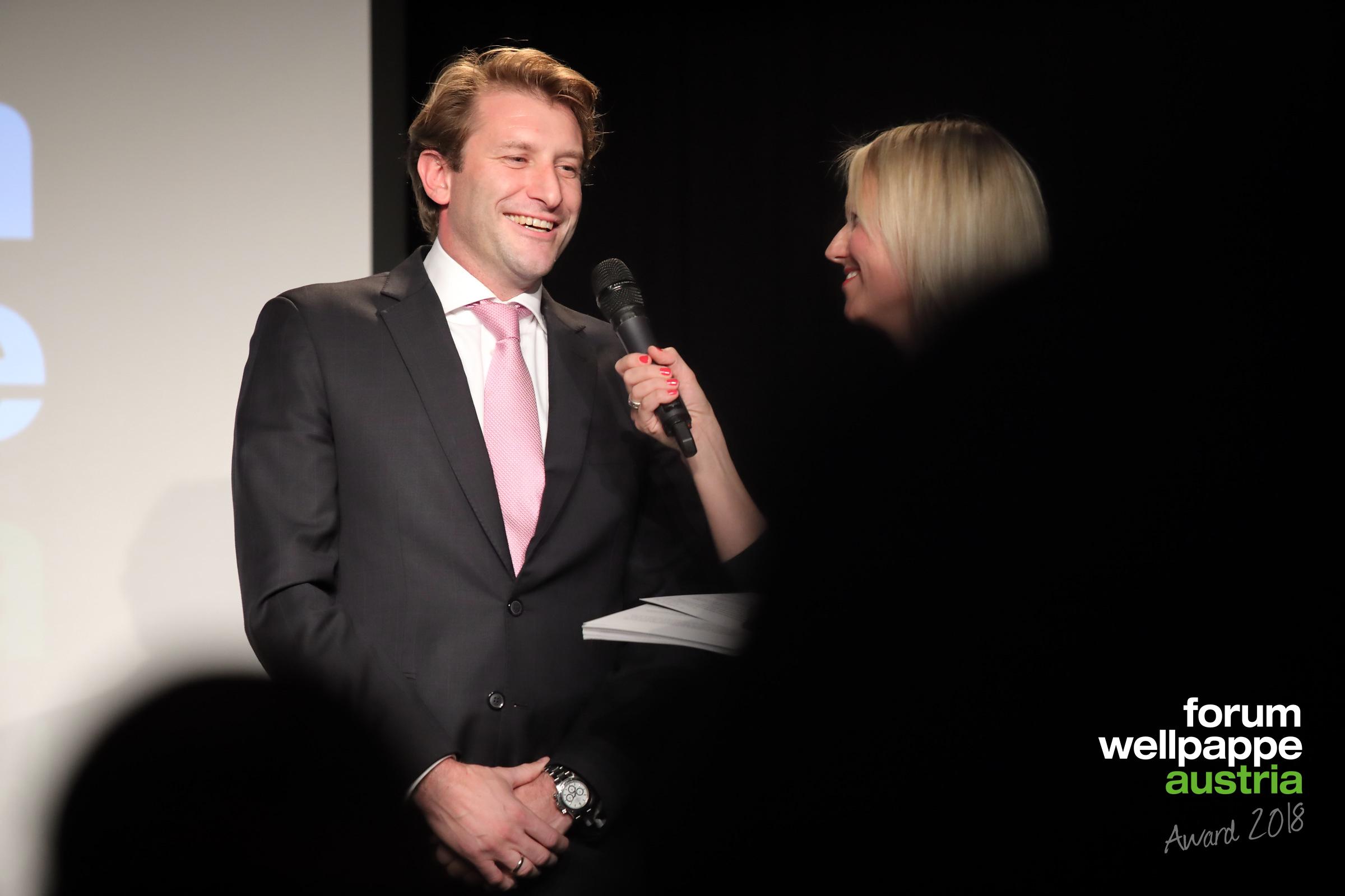 Max Hölbl, Forum Wellpappe Austria, mit der Moderatorin Daniela Soykan © com_unit | Schedl